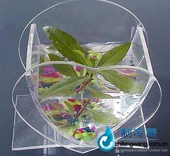 是将玻璃特殊处理后吹制而成,历史悠久,是大众化的鱼缸.